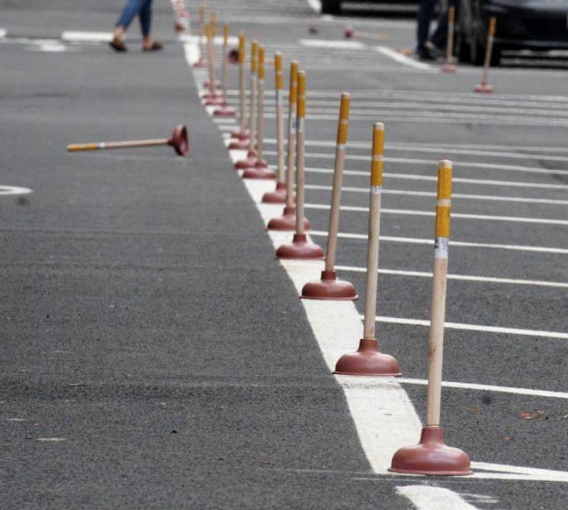 """Guerrilla bike lane: a Providence la ciclabile """"protetta"""" con sturalavandini"""