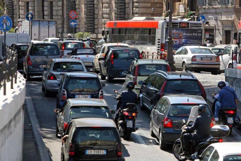 Rapporto Isfort: mobilità attiva al 20%. Due spostamenti su tre in auto