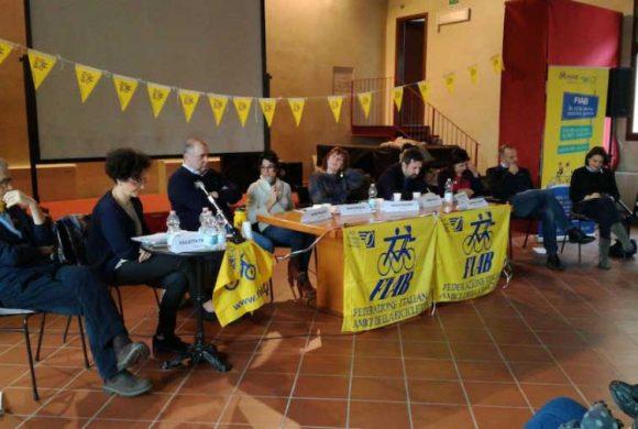 """""""Liberiamo le città dalle auto"""": a Ferrara Fiab lo ha chiesto ai candidati alle politiche"""