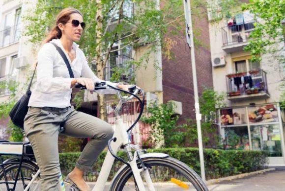 """Assicurazione per le e-bike: dalla Commissione europea la proposta che """"criminalizza"""" la pedalata assistita"""