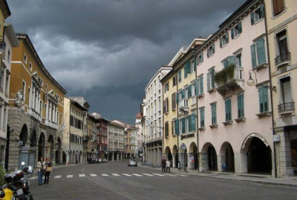 """Centri storici che riaprono alle auto: le critiche di Fiab alla """"sperimentazione"""" di Udine"""