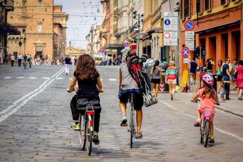 """""""La città che ti offre la birra se pedali"""": Bologna finisce sulla BBC. Ma Fiab ricorda: """"Ora si attui il Biciplan"""""""