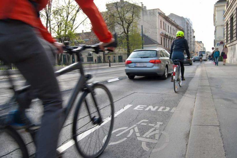 """Ricerca UK: i ciclisti """"respirano"""" la metà dello smog rispetto agli automobilisti"""